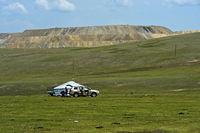 Familie erreicht per Auto ihre Jurte in der Steppe, Mongolei
