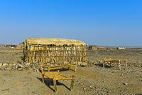 Liegen unter freiem Himmel einer open-air Unterkunft, Amhedela, Danakil Depression, Äthiopien