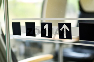 Glastür in einem Zugabteil mit einer 1 als Symbol für erste Klasse und Pfeil