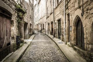 Malerische Gasse in der Kleinstadt Largentiere in der Ardeche, Südfrankreich