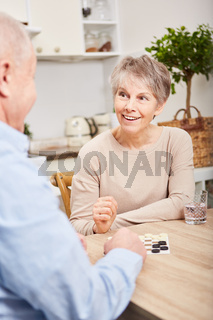 Senioren Paar beim Brettspiel