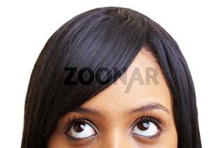 Afrikanerin schaut nach oben