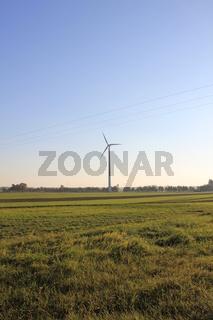 Stromleitung vor einem Windrad