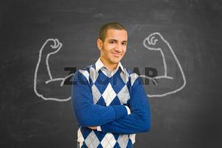 Erfolgreicher Student mit aufgemalten Muskeln