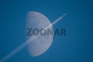 Flugzeug mit Mond