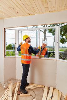Zwei Monteure beim Einbau von Fenster