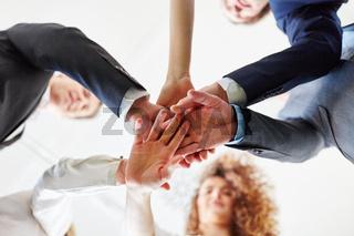 Gruppe Geschäftsleute stapelt Hände