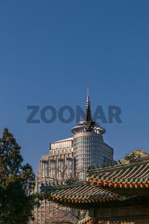 Tradition und Moderne: Tempeldächer und Hochhausarchitektur in Peking