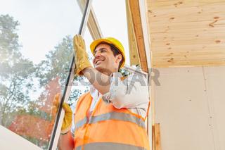 Monteur installiert ein Fenster