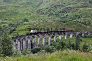 Glenfinnan Viadukt mit Dampfeisenbahn