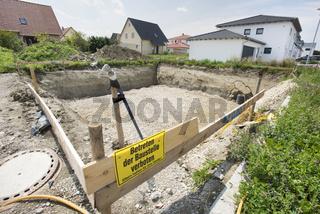 Hausbau mit Fundament und Baugrube