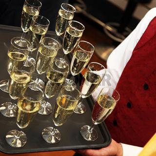 Kellner serviert Sekt oder Champagne - quadratisch