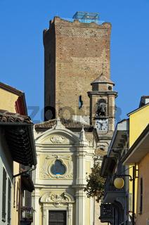 Kirche San Giovanni Battista und mittelalterlicher Wachturm,  Piemont, Italien