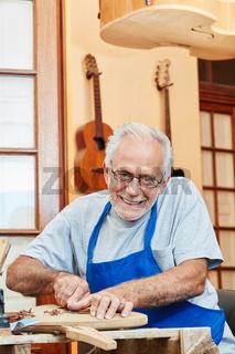 Alter Mann als Gitarrenbauer Meister