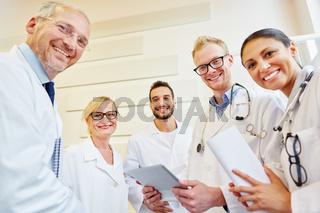 Ärzteteam lächelt glücklich