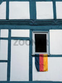 Deutschlandfahne hängend aus Fenster
