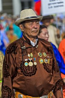 Mann in traditioneller Deel-Kleidung mit Orden am Festival der mongolischen Nationaltracht,Ulanbator