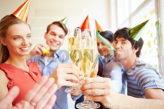 Start-Up Team feiert Erfolg mit einer Party