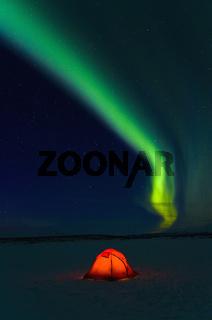 nordlicht, aurora borealis ueber outdoor camp auf den zugefrorenen see akkajaure, lappland, norrbotten, schweden, northern lights over camp on frozen akkajaure lake, lapland, sweden