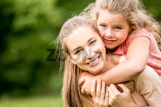 Mutter und Tochter zusammen