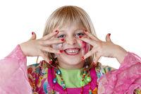 Junges blondes verkleidetes Mädchen zeigt Fingernägel und lacht. Freigestellt auf weissem Hintergrund.