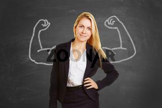 Erfolgreiche Frau mit aufgemalten Muskeln