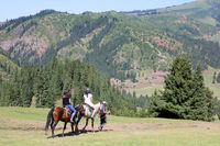 Reiter im Jety-Oguz-Tal im Terskej-Alatau-Gebirge bei Karakol, Kirgisistan