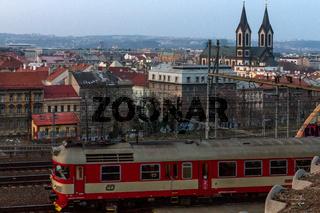 Ein Personenzug erreicht Prag