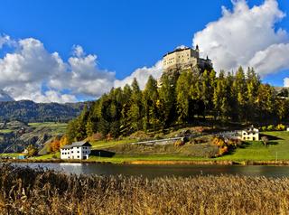 Schloss Tarasp über dem Taraspsee, Graubünden, Schweiz
