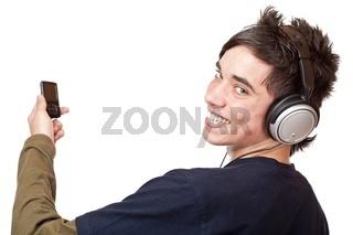 Jugendlicher mit Kopfhörer und MP3 Player genießt Musik