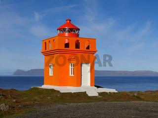 Der Leuchtturm Ósvör bei Bolungarvik in den Westfjorden von Island