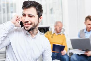 Geschäftsmann telefoniert mit Smartphone