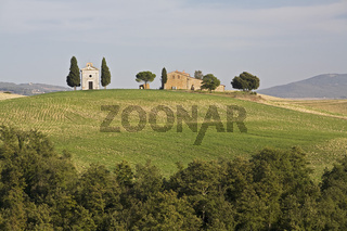 Bauernhof mit kleiner Kapelle in der Crete, Toskana, farm with a smal chapel, Tuscany