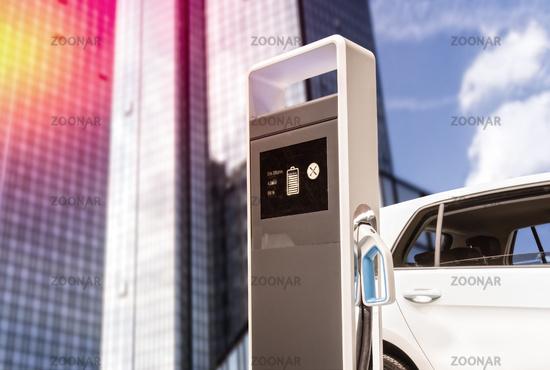 Ladestation für E-Autos mit Fassade eines Wolkenkratzers
