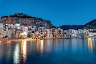 Die Altstadt von Cefalu in Sizilien in der Dämmerung