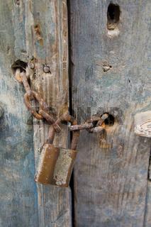 Alte Tür aus Holz mit Schloss
