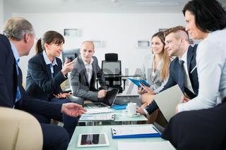 Geschäftsleute im Business Meeting diskutieren