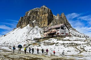 Wanderer auf dem Weg zur Dreizinnenhütte, Sextner Dolomiten, Südtirol, Trentino-Alto Adige, Italien