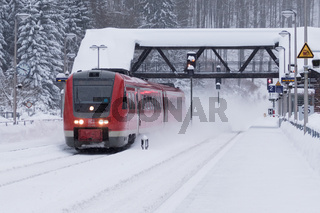 Personenzug im Winter bei Schneefall, Gehlberg, Thueringen, Deutschland, Europa