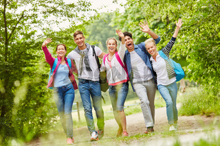Gruppe hat Spaß beim Wandern