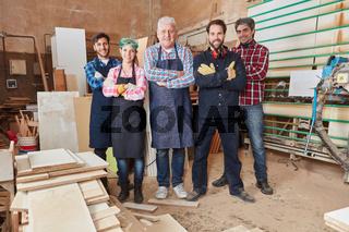 Chef und sein Team in Werkstatt