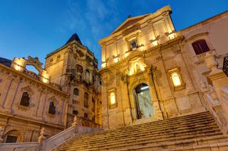 Teil der Altstadt von Noto in Sizilien bei Nacht