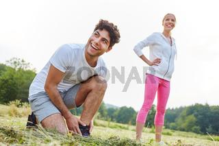 Mann und Frau bereiten sich auf Jogging vor