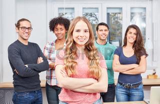 Junge Frau als Azubi vor ihrem Business Team
