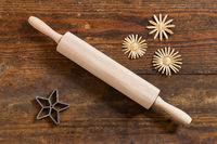 Nudelholz, Backform und Sterne auf verwittertem Holz