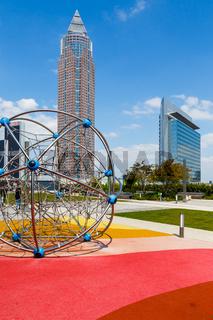 Frankfurt am Main, der Kinderspielplatz im Skyline Garden. Im Hintergrund links der Messeturm, recht