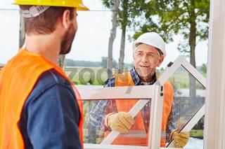 Fensterbauer montieren Fenster  in Teamwork