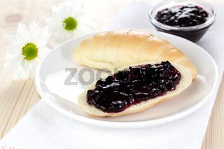 Croissant mit Konfituere