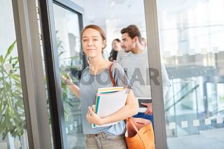 Studentin als Erstsemester in der Uni