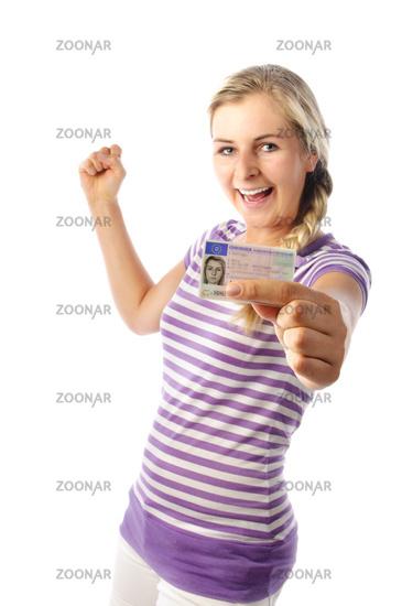 Junge Frau freut sich über den Führerschein